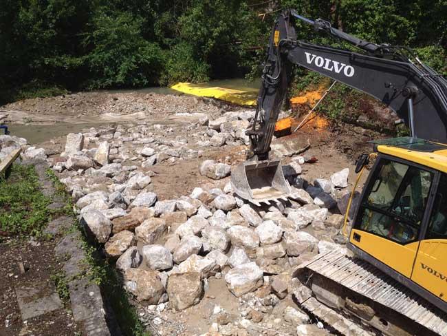 La Varenne: zniszczenie progu starej przędzalni Torcy-le-Petit. Tymczasowe przekierowanie przepływu w górę rzeki przez elastyczne gramy Water-Gate ©.