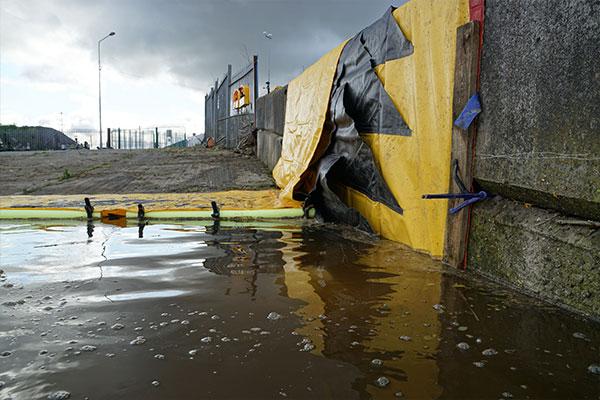 Elastyczna tama Water-Gate © oparta o ścianę. Przednia krawędź jest przymocowana deską, aby zmniejszyć wycieki podczas napełniania wodą.