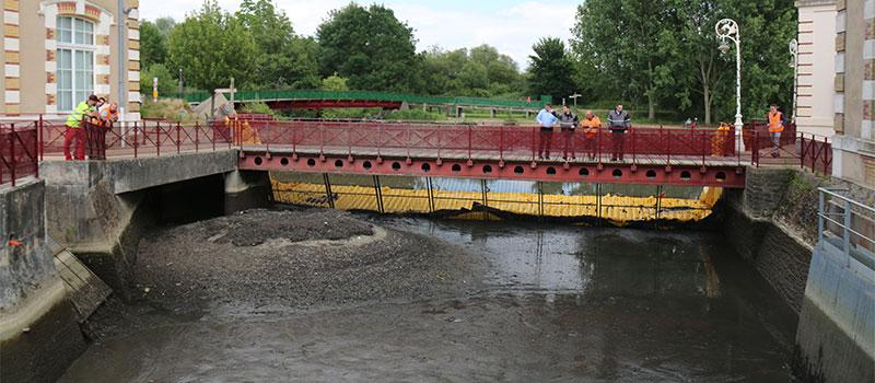 Osuszanie kanału zasilającego starej elektrowni hydraulicznej Le Mans. Rzeka Huisnes. Widok odwodnionego obszaru za sitem.