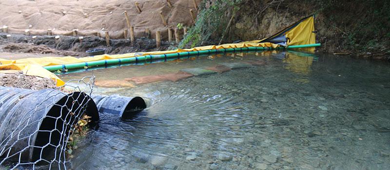 Odwodnienie rzeki CARAMY przez elastyczną zaporę Water-Gate ©. The Foresters Company