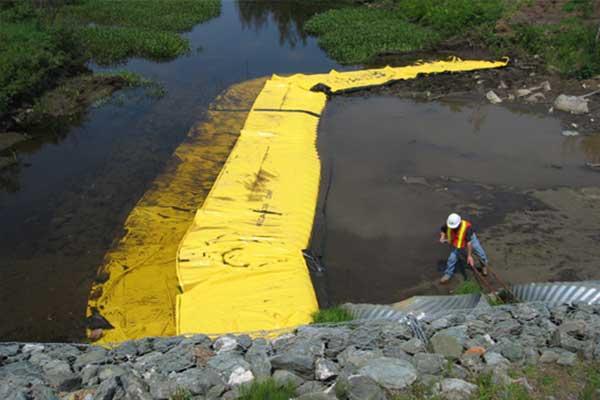 """"""" Rzeka działa. Elastyczne koferdamy Water-Gate ©. Instalacja w kształcie litery L poniżej. Dysza, przekierowanie strumienia."""""""