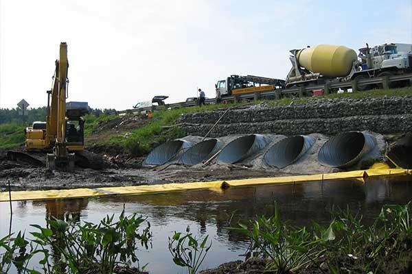 Rzeka działa. Elastyczne koferdamy Water-Gate ©. Instalacja w kształcie litery L przed. Dysza, przekierowanie strumienia.