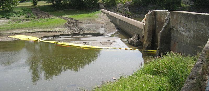 Osiadanie grobli. Instalacja Water-Gate © w L od strony brzegu. Kanada sierpień 2005