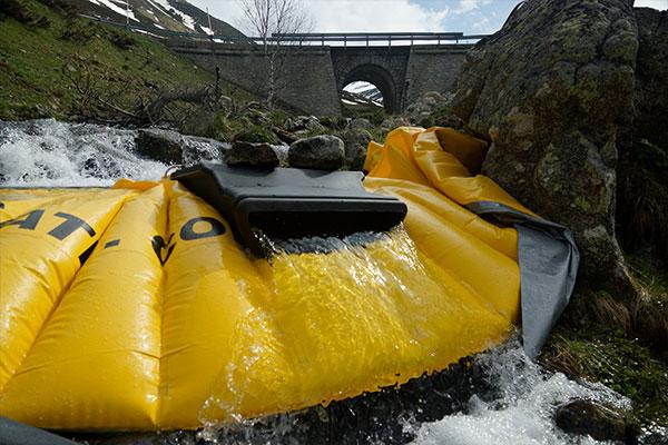 Elastyczna grodza Water-Gate © montowana na odnodze górskiej rzeki z jazem powierzchniowym DS-1200 bez elastycznej rury.