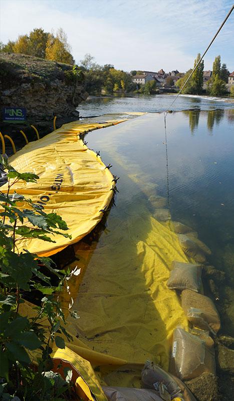 Elastyczna grodza Water-Gate ©. Projekt rzeczny. Most nad remontem Doubs. Dole