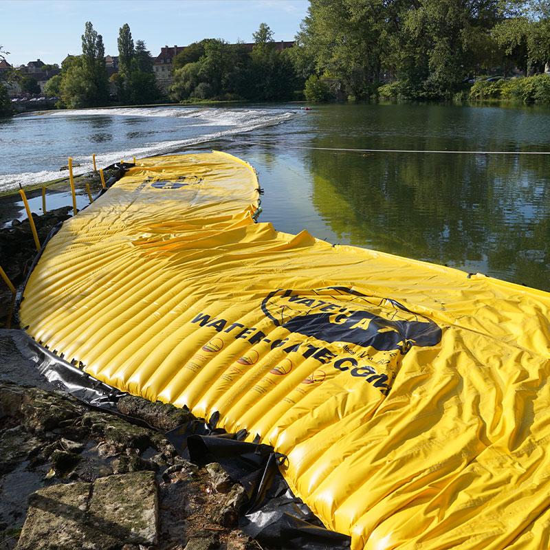 Wysychanie odnogi rzeki na rzece Doubs. Elastyczna grodza znajduje się na lewym brzegu w przedłużeniu progu Dole.