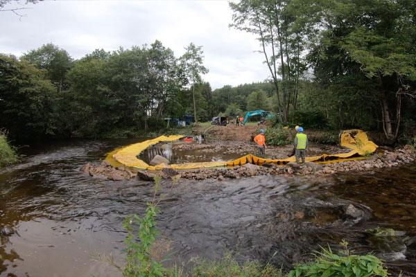 Vue amont. Installation Water-Gate©en U | Installation en rivière parallèle au courant.