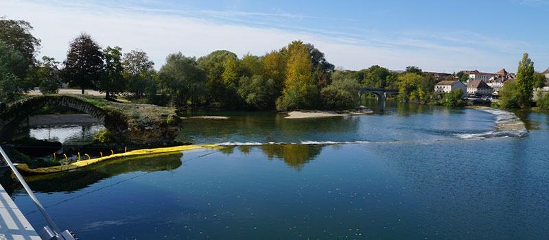 Elastyczne grodzice Water-Gate © zainstalowane jako przedłużenie progu Dole na rzece Doubs w celu naprawy łuku sklasyfikowanego jako zabytek