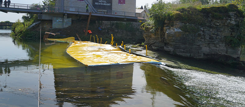 Elastyczne grodzice Water-Gate © montowane jako przedłużenie progu Dole na Doubs. Widok z progu.