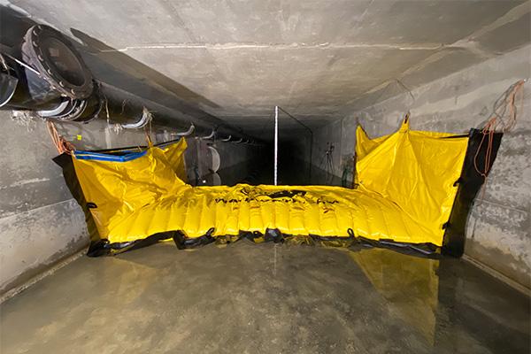 Elastyczna grodza Water-Gate © WA-3930 zamontowana w betonowej ramie. Brak kotwienia w ziemi.