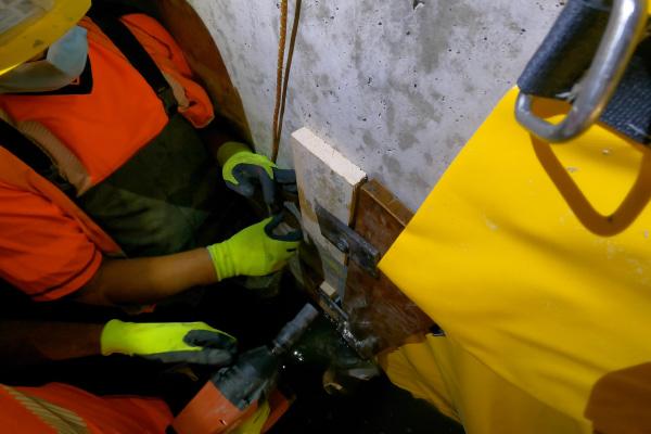 Mocowanie krawędzi natarcia deską dociśniętą do pionowej ściany.